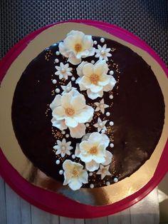 Sacher cake with sugar flower Recipe: http://www.nosalty.hu/recept/sacher-torta-jeno-cheftol