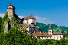 Interested in visiting the famous castles in Slovakia? In this post find the best castles in Slovakia worth visiting on your next trip. Chateau Medieval, Medieval Castle, Bratislava, Europe Centrale, Slovenia Travel, Site Archéologique, Famous Castles, Belle Villa, Parc National