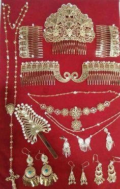 Beautiful gold jewelry from Panama! Panama Culture, How To Clean Gold, Seed Bead Flowers, Caribbean Culture, Clean Gold Jewelry, Traditional Fashion, African Print Fashion, Jewel Box, Panama City Panama
