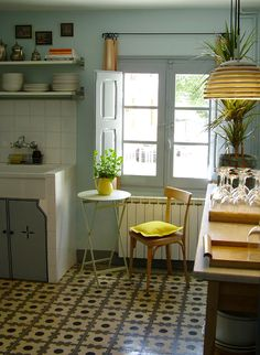 Lovely retro kitchen - vintage kitchen - vintage home decor ideas Kitchen Interior, Kitchen Decor, Kitchen Design, Cozy Kitchen, Kitchen Small, Kitchen Yellow, Nice Kitchen, Beautiful Kitchen, Home Interior