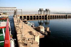 Boat+travelling+through+Esna+lock+south+gate,+River+Nile,+Egypt