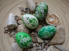 Painted Easter eggs with hot wax Easter Egg Crafts, Easter Eggs, Egg Shell Art, Egg Tree, Easter Egg Designs, Diy Ostern, Egg Decorating, Happy Easter, Painted Rocks
