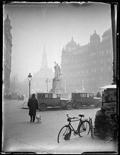 Kinszki Imre [Kutyát sétáltató, férfi, autó, bicikli az Apponyi téren] Budapest 1941