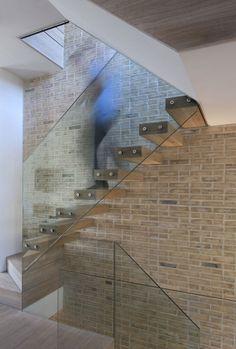 escalier à départ tournant et marches suspendues, côté mur en brique