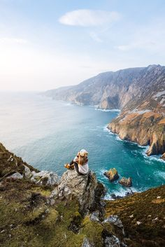 Find out all the must-see stops along Ireland's spectacular coastal route, the Wild Atlantic Way. Including epic sea cliffs, stunning castles, and more! Cannon Beach, Us National Parks, New Zealand Travel, South Island, Ireland Travel, Photo Location, Beautiful Beaches, Travel Inspiration, Girl Inspiration