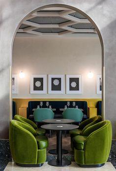 Verdes y azules - AD España, © Derek Hudson Restaurante 'I Love Paris'  El terciopelo de los sillones es de los colores Peacock Blue y Laurel, y para la parte del asiento de cuero se eligieron los tonos Deep Sea y Evergreen. Foto Derek Hudson