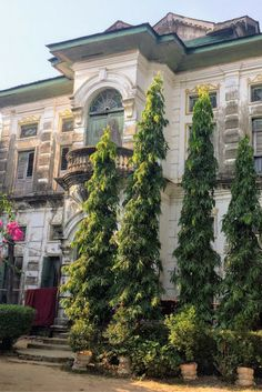 Archictecture of Yangon, Myanmar - Find out the best things to do in Yangon including a list and map of the sights, where to eat, where to sleep, recommended tours and day trips from the city