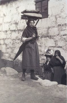 Portadora do correo, Muros, A Coruña, 1924. Foto de Ruth Matilda Anderson. Matilda, Street Photography, Art Photography, Figure Reference, Female Photographers, My Heritage, Before Us, Working Woman, Old Pictures
