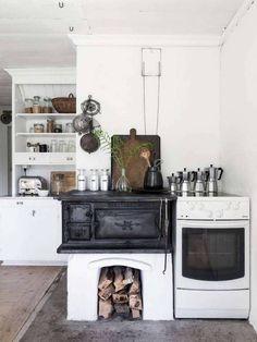 10 Dreamy Scandinavian Summer Cottages Cottage Kitchens, Farmhouse Kitchen Decor, Home Kitchens, Kitchen Wood, Kitchen Sink, Cozinha Shabby Chic, Sweden House, Cocinas Kitchen, Old Cottage