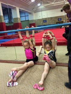 開脚前屈ストレッチとつま先を伸ばす練習をする女子体操選手