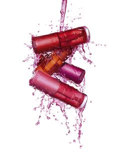 Because today we celebrate the Kiss Day, we leave a news Clarins available briefly. A lipstick that resists 300 kisses in full color, matte finish and long lasting!