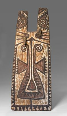 Wooden shield for a bowman, Papua New Guinea CE, the circles painted on this shield represent a powerful ancestor, who would have helped to bring the warrior success in battle. Each society in the region has its own distinctive shield style. Arte Tribal, Tribal Art, Afrique Art, Aboriginal Artwork, Native Design, African Masks, Ocean Art, Native Art, Ancient Art