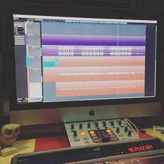Esta mañana estoy trabajando temas nuevos de @vivareina_ en @showtimeestudio.  [Contacta conmigo para grabar mezclar y masterizar tu single o proyecto underground o profesional a través de http://ift.tt/1OqKLY7 o en www.BigHozone.com]. #vivareina #showtimeestudio #grabacion #mezcla #masterización #mastering #rap #hiphop #rapespañol #hiphopespañol #musicaurbana #urbanmusic #musica #urbana #urban #music #bighozone #estudio #malaga #cubase
