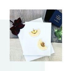 Les boucles d'oreilles Eleonore Crème de Charly James sont légères et délicates. Entièrement réalisée à la main par la créatrice elles sont dorées à l'or fin. Good news : vous pouvez les retrouver sur l'app !   #urbitparis #paris #france #bijou #fashion #style #douceur #boucles #jewels #frenchstyle #createur #mode #forher #perfectgift #handmade #shopping #shoppingparis Good News, Paris France, Shopping, Style, Gentleness, Ears, Boucle D'oreille, Locs, Jewels