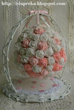 Kula z róż z krepiny na stojaku z papierowej wikliny Glass Vase, Decorative Boxes, Diy, Home Decor, Decoration Home, Bricolage, Room Decor, Do It Yourself, Home Interior Design