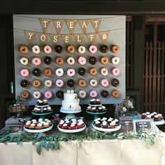 Every girl adores donuts. Can you imagine adding donuts into your wedding? Donuts are great wedding walls not only because they are delicious and good-looking, we also love it for its budget-saving and creative visual effect. Diy Dessert, Buffet Dessert, Dessert Bar Wedding, Wedding Donuts, Wedding Desserts, Wedding Cakes, Wedding Decorations, Doughnut Wedding Cake, Cookie Bar Wedding