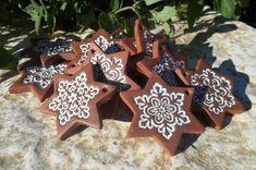 hvězdičky jak perníčky závěsné keramickéozdoby - hvězdičky -velikost 5,5 x 5,5 cm - cena je za 1 ks - po domluvě lze vyrobit libovolné množství (doba dodání cca 2 týdny)