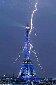 Eiffel-Tower-getting-struck-by-lightning.jpg (479×720)