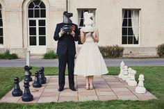 Noivos em tabuleiro gigante de xadrez. Foto: Rubistyle.