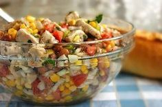 Salata cu piept de pui, porumb și fasole roșie este o explozie de culori și gusturi. Este o salată foarte consistentă, delicioasă, plină de proteine și vitamine. Are un gust special, un pic dulce datorită mierii și ușor picantă datorită sosului cu muștar și usturoi. Această salată o să vă încânte simțurile și o să …