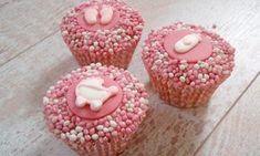 Een leuk alternatief voor beschuit met muisjes! Trakteer deze geboorte cupcakes met muisjes aan de kraamvisite. Deze cupcakes zijn roze. Maar is de baby een jongen? Dan kun je blauwe muisjes en decoratie gebruiken.