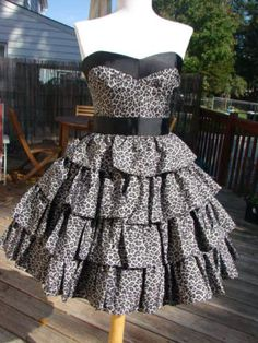 If only I were rich.. OMG.. how amazing is this dress!? Of course it's a Betsy :D