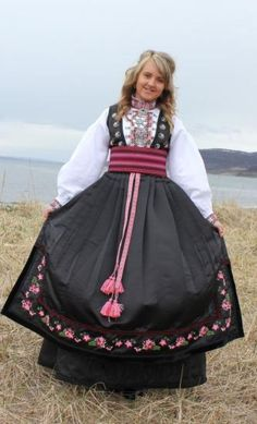 Én av dem er Norges vakreste bunad - Kjendis Folk Costume, Costumes, Frozen Costume, Water Lilies, Traditional Outfits, Pretty Dresses, Norway, Bridal Dresses, Ball Gowns