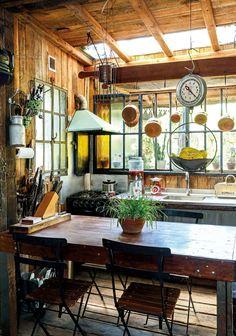 La mesa de comedor diario (Foto: Facundo Basavilbaso/ Para Ti) Cozy Kitchen, Country Kitchen, Mini Loft, Deco Retro, House Inside, Inspired Homes, Beautiful Kitchens, Cabana, Renting A House