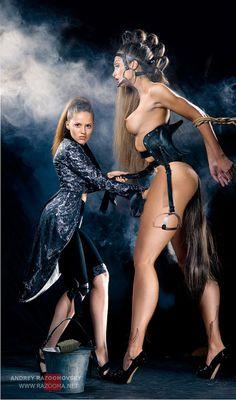 petitechiennedefrance:  Le mythe de la ponygirl réinventé. Fascination et animalisation de la femme grandement renforcées de par la disprop...
