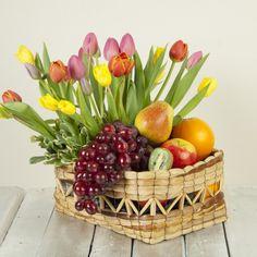 arreglos florales con frutas - Pesquisa Google Happy Flowers, Beautiful Flowers, Garden Works, Fruit Gifts, Fruit Arrangements, Fruit Flowers, Tea Party Baby Shower, Fruit Displays, Bouquets