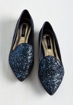 These glittery flats are a shining example of what kicks should be! Glimmering with an assortment of dark blue tones and characterized by pointed toes and glossy piping, these driving shoe-style flats are your fab first choice. Glam And Glitter, Glitter Flats, Sock Shoes, Shoe Boots, Flat Shoes, Wedding Flats, Only Shoes, Driving Shoes, Footwear
