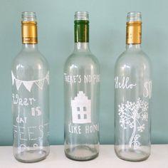 Ooit gezien dat ze in een restaurant wijnflessen als waterfles gebruikten.   Dat bracht me op het idd om de flessen te schilderen ipv kant en klare die sierflessen te kopen.  Ik heb een speciale stift gebruikt doe op glas kan tekenen. Zelf wat ideetjes opgezocht. Leuk een originele wijnfles als waterfles met je eigen tekst, wuotes oud tekening