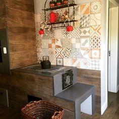 Composição lindíssima da decoradora @aneliseberlitzscholles . O porcelanato Lisboa HD Mix uniu os ladrilhos harmonizando com as peças vermelhas que deram um toque todo especial a este fogão campeiro. #fogaocampeiro #ceramicaportinari #arquitetura #ladrilhos #porcelanato