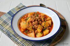 Musaca de cartofi cu carne tocata si sos de rosii reteta simpla | Savori Urbane Ratatouille, Thai Red Curry, Food And Drink, Cooking Recipes, Ethnic Recipes, Red Peppers, Chef Recipes
