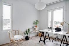 Varsinkin näin poikkeusaikana moni varmasti työskentelee entistä enemmän kotoa käsin. On helpompaa työskennellä, kun on selkeä työtila, josta voi myös tehdä houkuttelevan näköisen. Tämä työtila löytyy vapaasta asumisoikeuskodista Liedon keskustasta. Office Desk, Furniture, Home Decor, Desk Office, Decoration Home, Desk, Room Decor, Home Furnishings, Home Interior Design