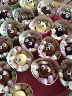 50 originele of gezonde traktatie school of kinderdagverblijf. Make children's treats; from easy to healthy or ready-made treats for boys and girls – Mamaliefd. Snacks Für Party, Party Treats, Party Finger Foods, First Birthday Cakes, Birthday Treats For School, Food Humor, Healthy Treats, Healthy Kids, Cakes And More
