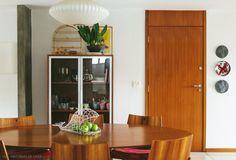 Cristaleira na sala de jantar. Mais em www.historiasdecasa.com.br #todacasatemumahistoria #saladejantar #cristaleira