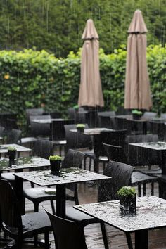 Même sous la pluie ! Table Decorations, Furniture, Home Decor, In The Rain, Decoration Home, Meatball, Room Decor, Home Furnishings