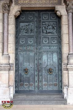 This might be a Church door, ( breathtaking ) in  Paris France...