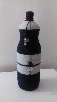 Garrafa decorada com barbante, cinza e preto, um litro e meio.