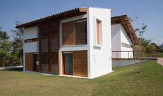 Gebara Conde Sinisgalli Arquitectos have designed the Vila Real de Itu private residence, which is stretched over an area of square meters. Modern Tropical House, Tropical Houses, Itu, Brazil Area, Best Tiny House, House In Nature, Shelter Island, Wood Shutters, Loft House