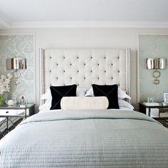 papel de parede emoldurado na parede da cabeceira . Recurso Interessante para decorar quartos