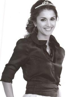 """Queen Rania of Jordan. """"La belleza, la felicidad y la verdad no se pueden encontrar fuera, y el dinero no puede comprarlos. Siempre están dentro, en nuestros corazones, y fluyen con el torrente sanguíneo a través de sus venas."""" - Deodatta V. Shenai-Khatkhate"""