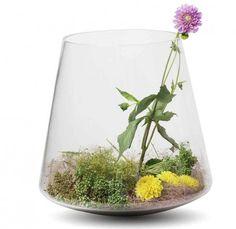 Vase Straight A - Nikolas Kerl - Auf Berührungen reagiert das Glasobjekt aufgrund der Wölbung des Bodens mit einem leichten Schaukeln - Je nach Füllung neigt sich das Gefäss in einen anderen Winkel #living #vase #swissmade Vase, Terrarium, Design, Home Decor, Swings, Boden, Dekoration, Terrariums, Decoration Home