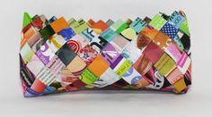 cosmetiquero multicolor hecho con papel de revistas
