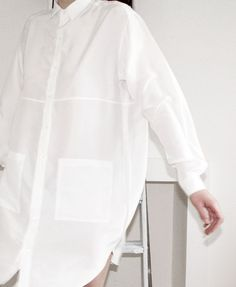 Minimal + Classic: Hannah Sager Forsberg - White oversized shirt dress w/ large patch pockets Minimal Fashion, White Fashion, Look Fashion, Fashion Details, Womens Fashion, Fashion Design, Dress Fashion, Luxury Fashion, Classic White Shirt