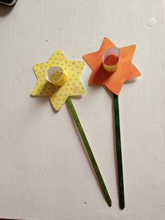 Make paper daffodils - a perfect toddler craft for spring or Easter.
