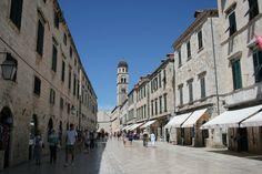 Vanhankaupungin pääkadun Stradunin varrella on kauppoja ja kahviloita. The main street #Stradun. #Dubrovnik