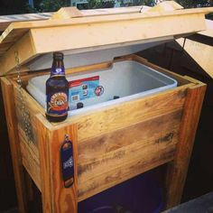 And for some spectacular cooler ideas you can have a look at this round up of 12 DIY wooden pallet cooler designs. Recycled Pallets, Wooden Pallets, Wooden Diy, Pallet Cooler, Wooden Cooler, Deck Cooler, Pallet Crafts, Pallet Projects, Diy Projects
