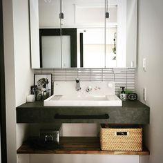 いいね!52件、コメント3件 ― Shinoeruさん(@shinoeru)のInstagramアカウント: 「リビングに隣接するドアを開けると脱衣場とは別に、独立した洗面所があります☺️ これは絶対やりたかった事の1つ。 照明はクリアのエジソン電球ソケットを2つ💡💡✨ かなり眩しいです😂 #独立洗面所…」 Bathroom Basin Units, Natural Interior, Washroom, Double Vanity, Laundry Room, Sweet Home, Design, Sinks, House Ideas